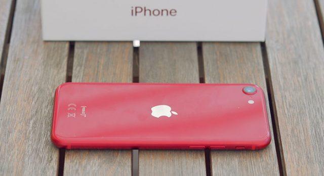 Le dos de l'iPhone SE (2020) est fait en verre