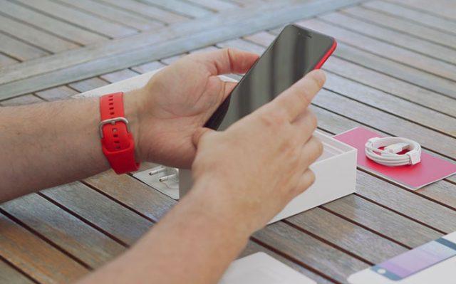 L'iPhone SE est très compact, il tient bien en main