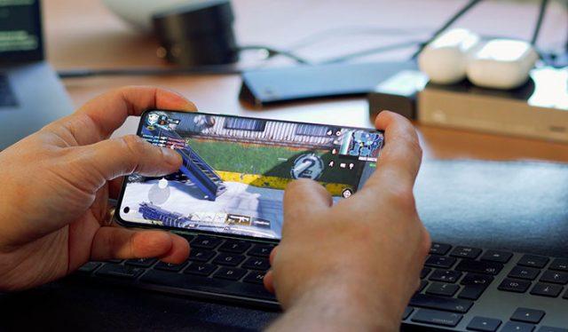 La dalle atteint les 90 Hz en taux de rafraichissement, contre 120 Hz pour le OnePlus 8 Pro