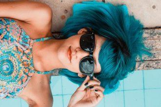 Une femme avec des lunettes de soleil