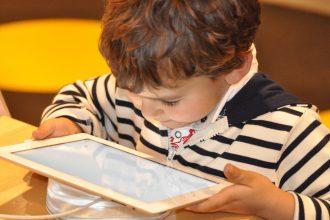Un enfant sur une tablette