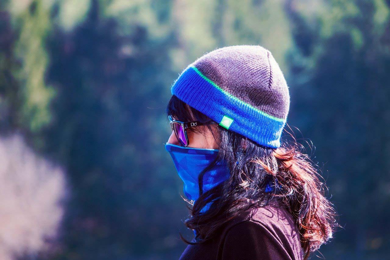 Une femme protégée par un masque