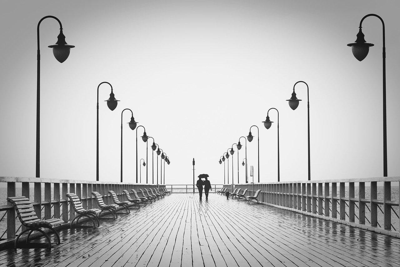 Deux personnes marchant côte à côte