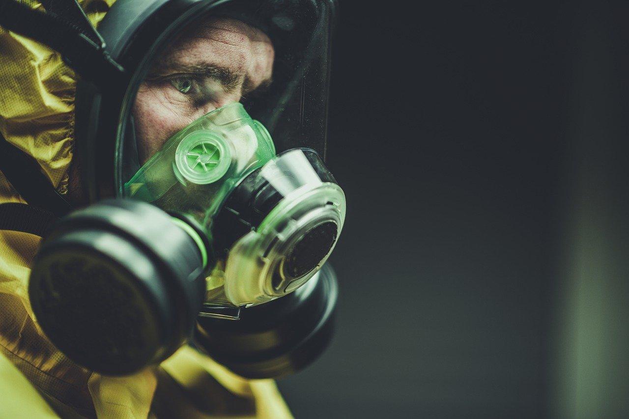 Une personne équipée d'un masque