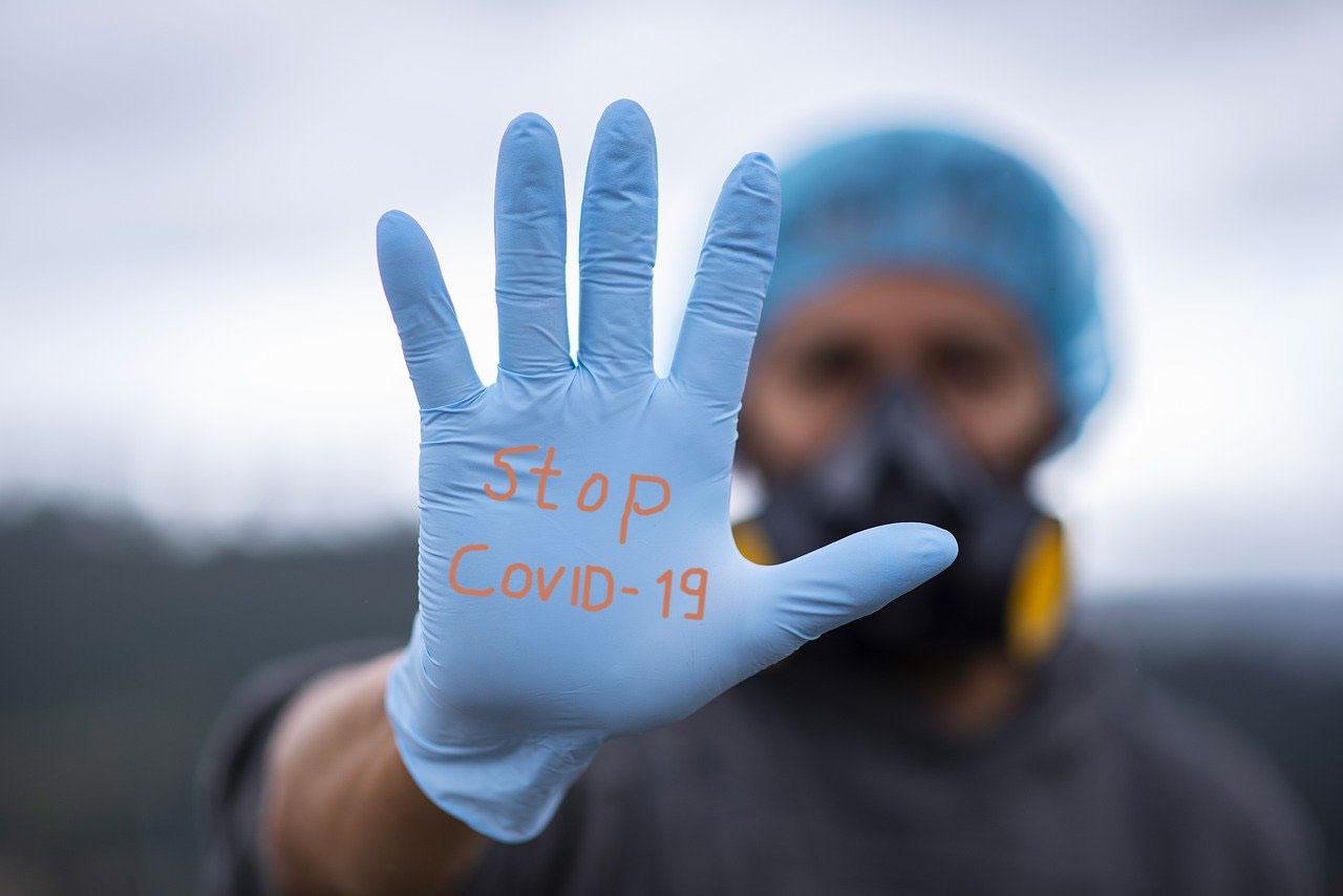 Un homme équipé de masque et de gants