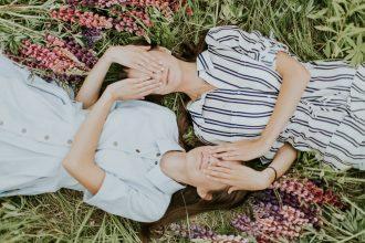 Des jumelles allongées côte à côte