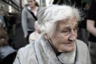 Une grand mère marchant dans la rue
