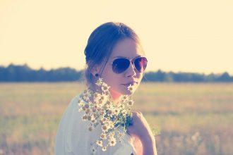 Une jeune fille avec des lunettes de soleil