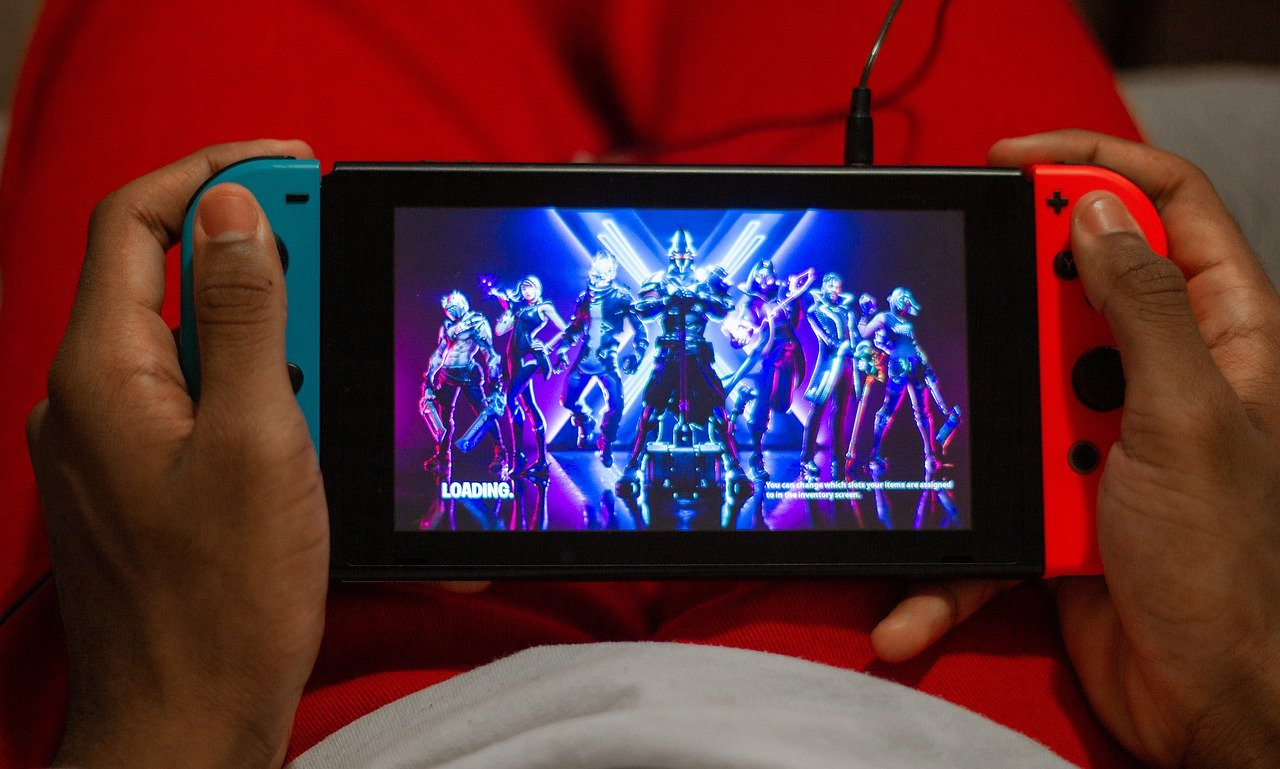 Une Nintendo Switch en train de faire tourner Fortnite
