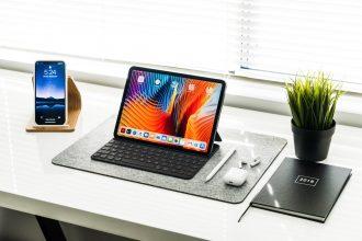 Un iPad Pro dans sa housse clavier