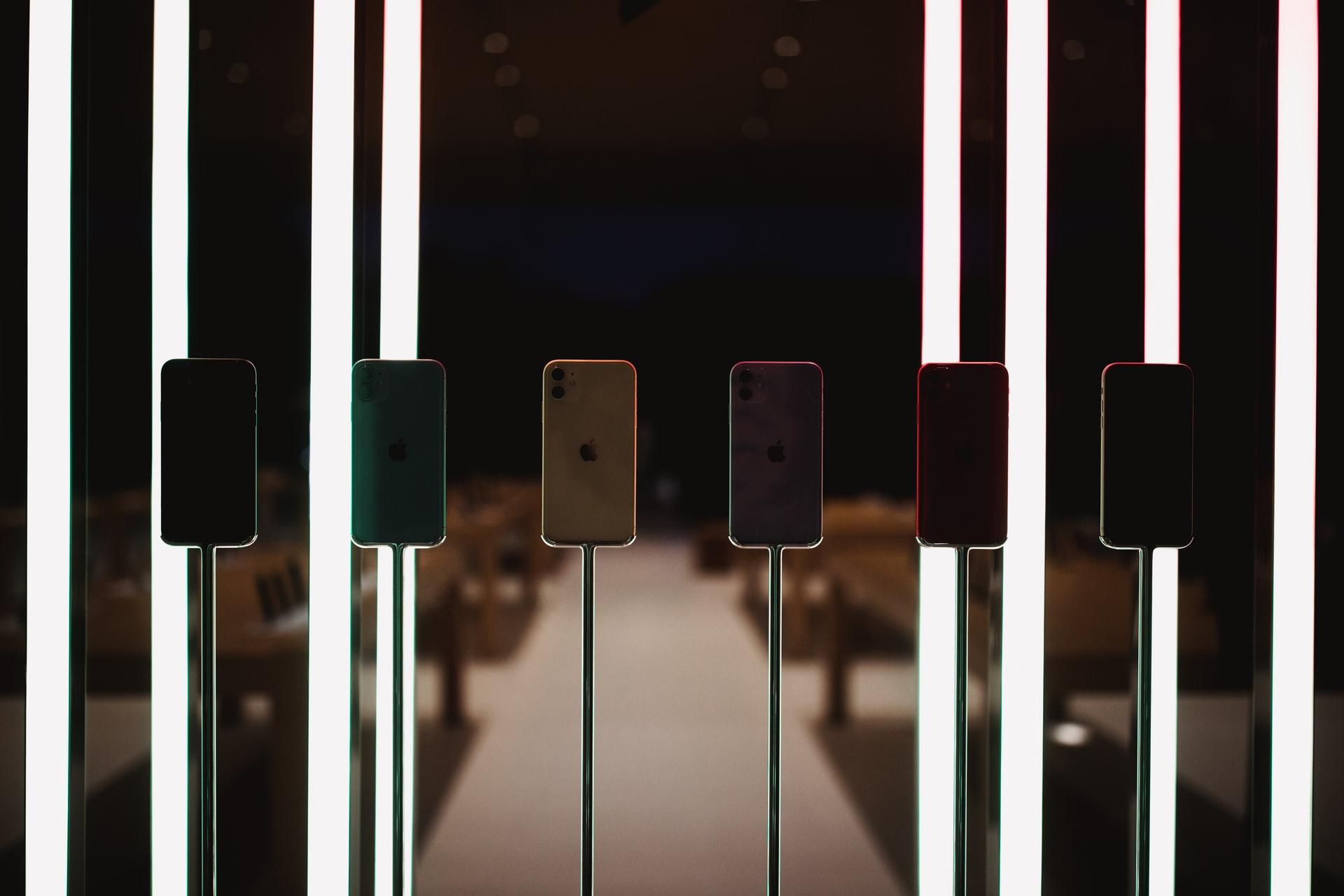 Des iPhone 11 alignés sur des présentoirs