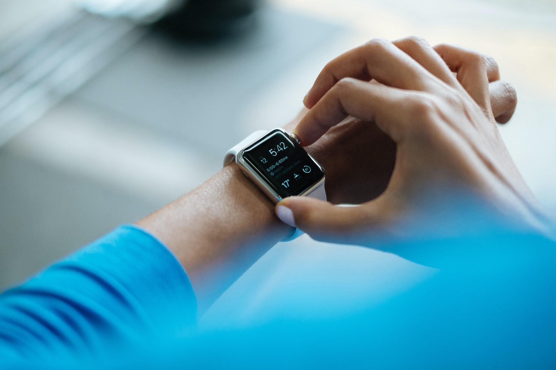 Un homme équipé d'une Apple Watch