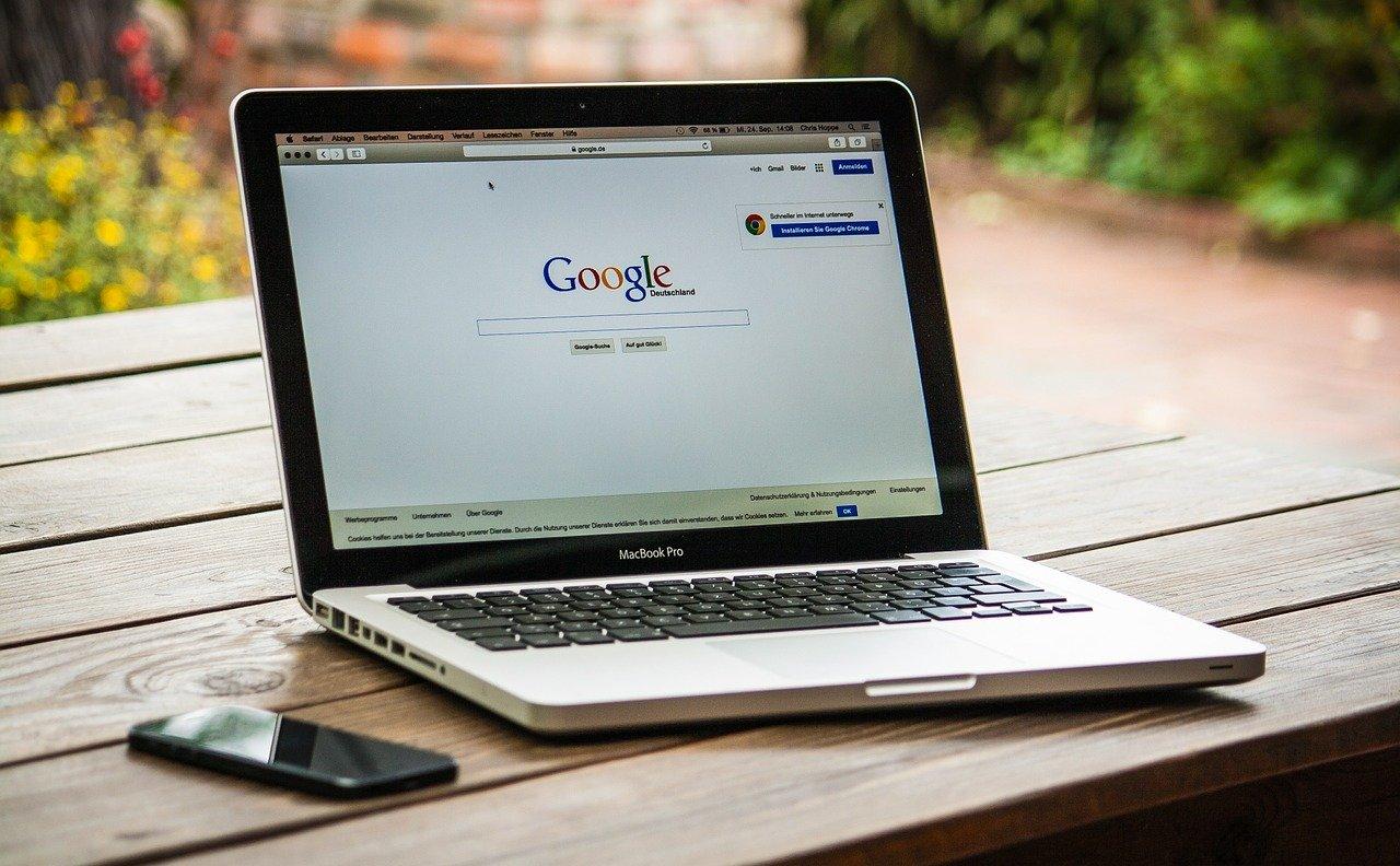 Google affiché sur l'écran d'un Mac