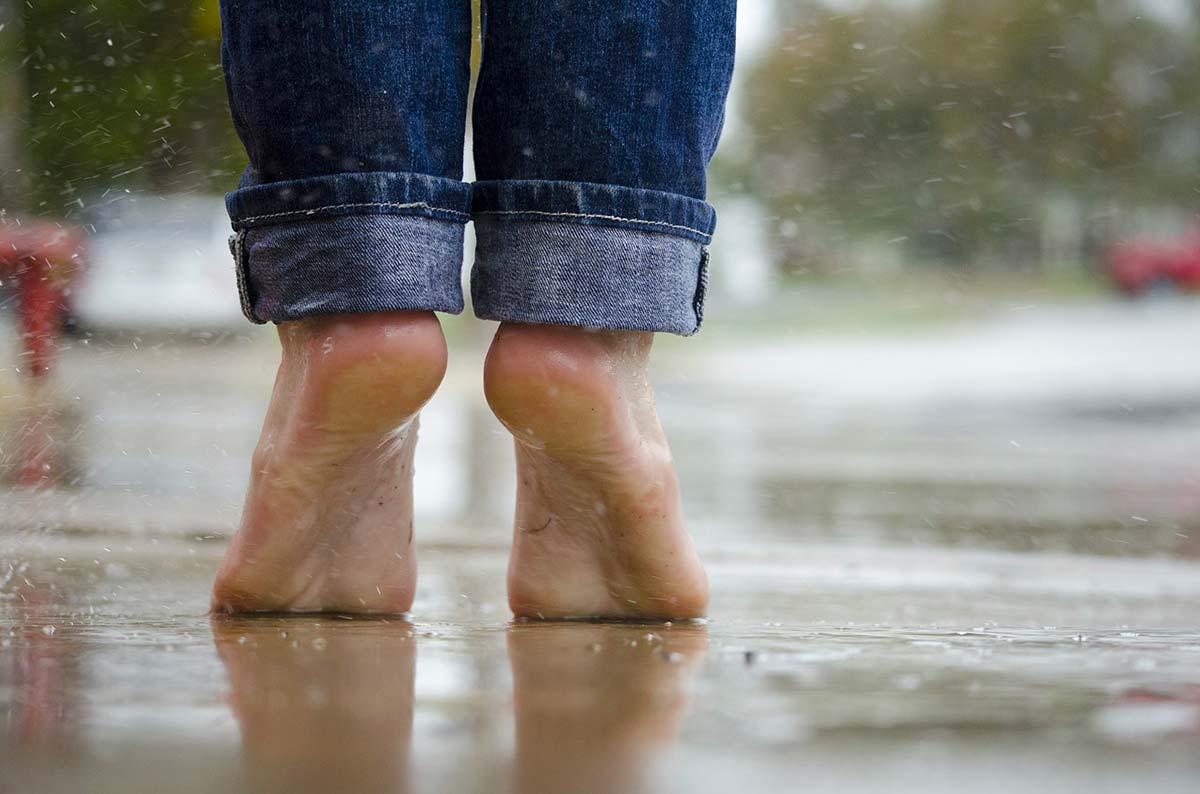 Une paire de pieds