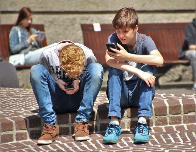 Des adolescents jouant à Pokémon Go