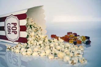 Un pot de popcorn renversé