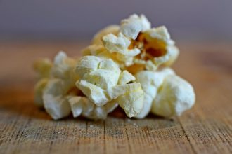 Du popcorn sur une table