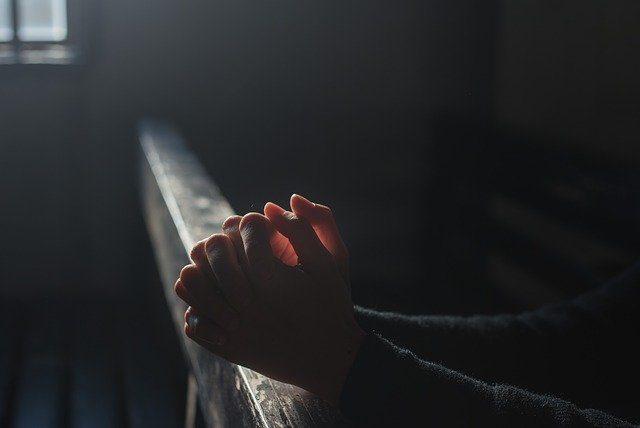 Une personne en train de prier