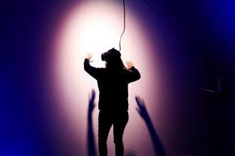 Une femme faisant une expérience en réalité virtuelle