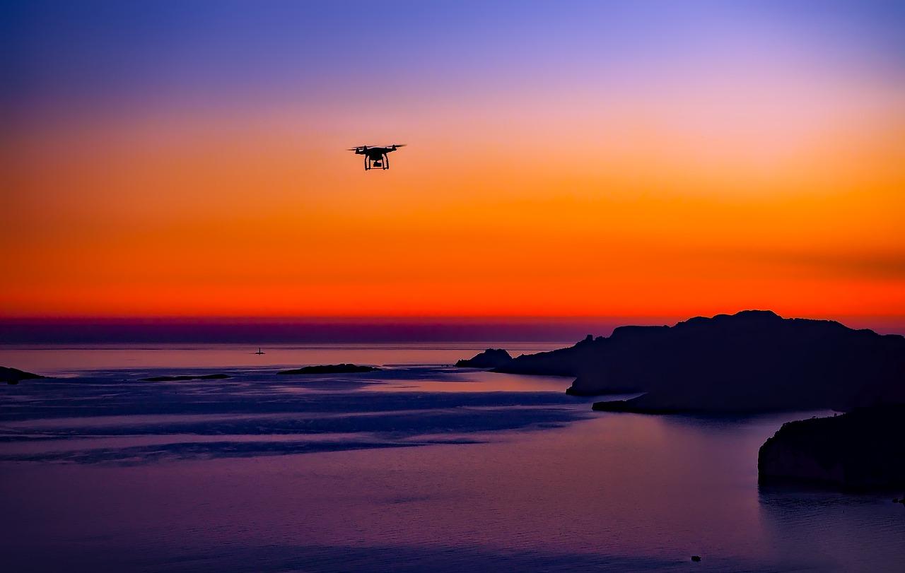 Un drone volant dans le soleil couchant
