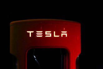 Le panneau d'un Super Charger de Tesla