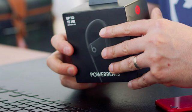 La boîte des PowerBeats 4, très classe
