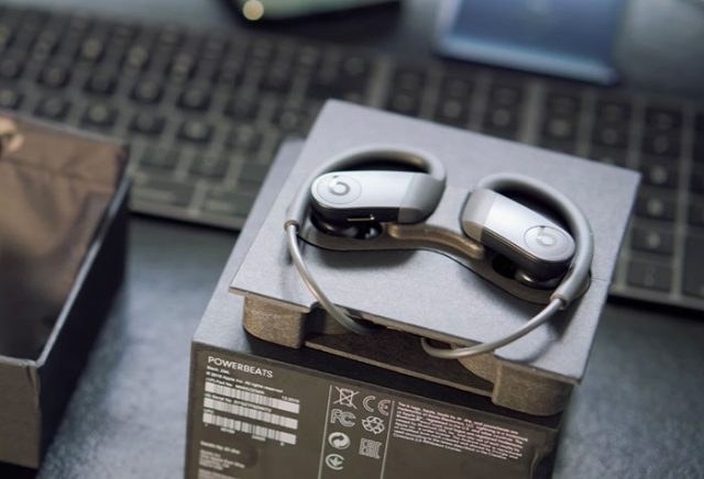 On a des oreillettes autour des écouteurs pour assurer un maintien optimal.