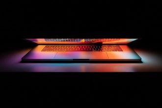 Un MacBook Pro à moitié ouvert