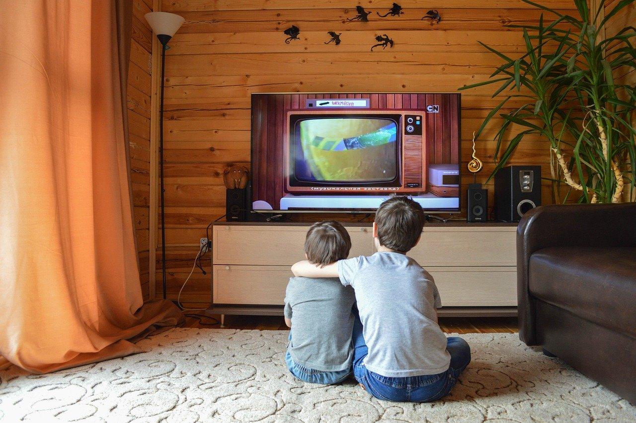 Des enfants devant un vieux téléviseur