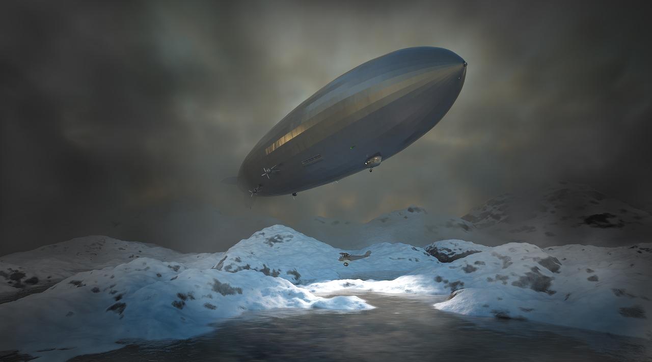 La photo d'un dirigeable en train de voler au dessus d'une montagne