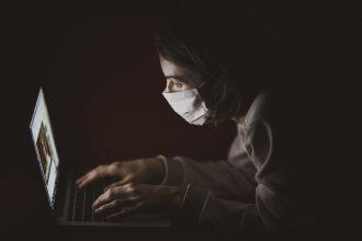 Une personne sur un ordinateur, dans le noir
