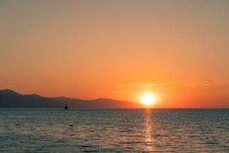 Un coucher de soleil sur l'horizon