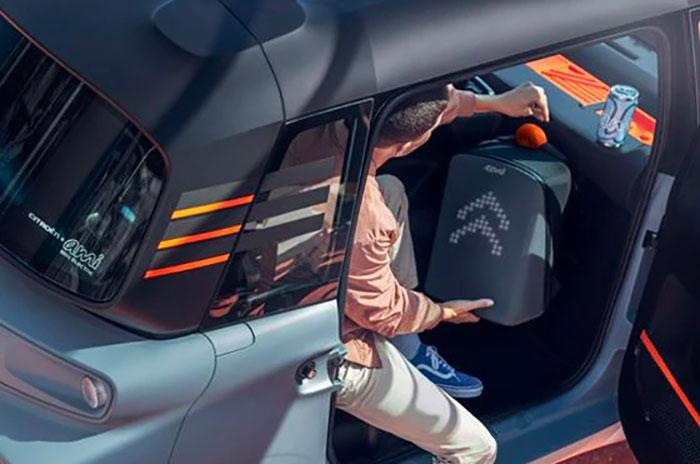 La Citroën AMI propose un espace de rangement devant le siège passager pour entreposer un sac de course ou même une petite valise