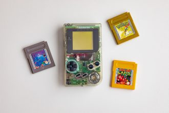 Un Game Boy Color et quelques cartouches, dont celle de Pokémon