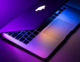 Un MacBook auréolé d'une belle lumière mauve
