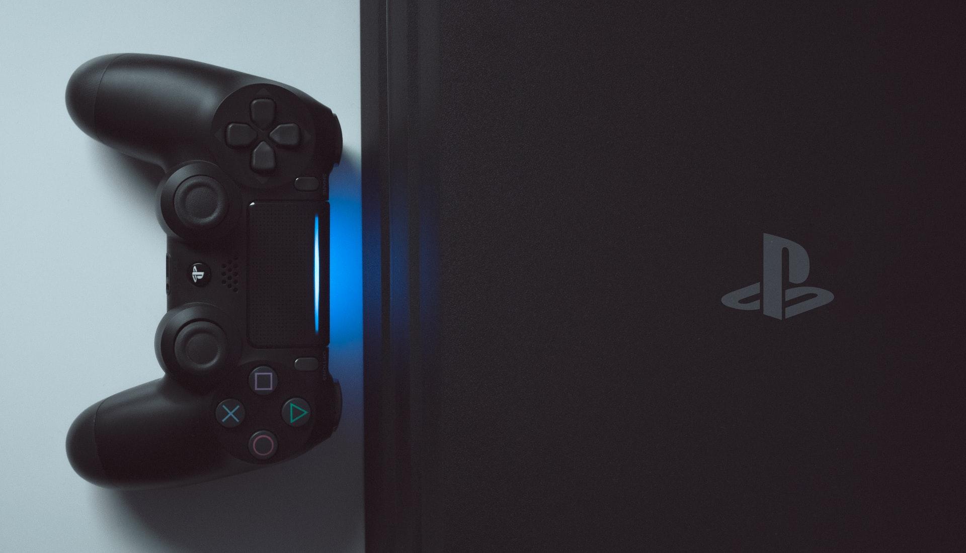 Une PlayStation 4 et sa DualShock 4