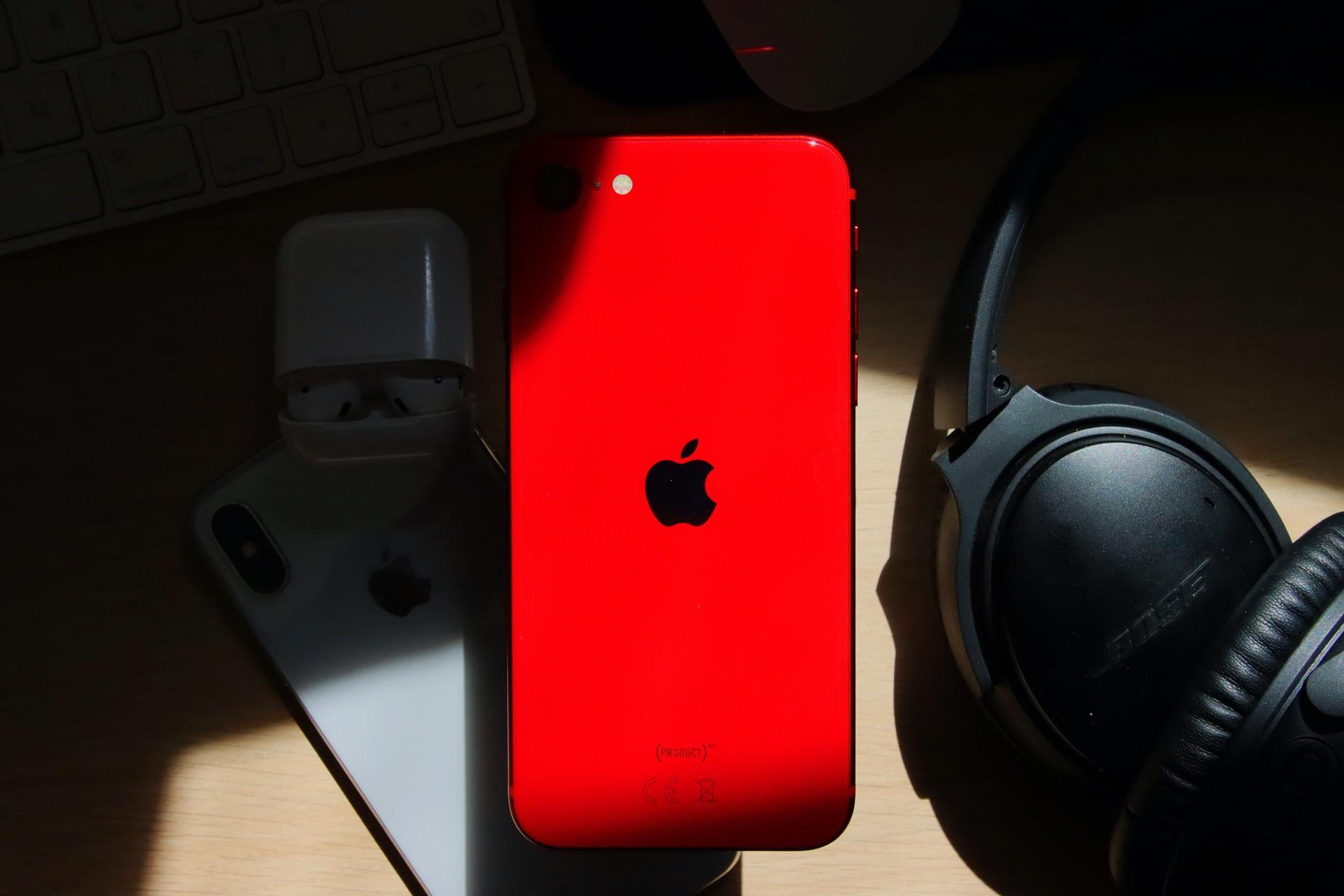 L'iPhone SE (2020) rouge en pleine action