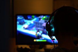 Un gamer équipé d'un casque