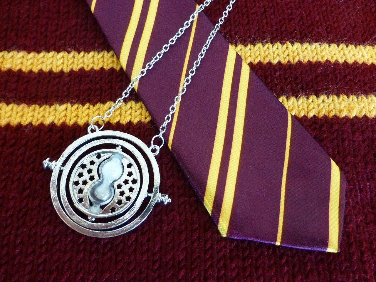 Une image représentant un pull et une cravate de Harry potter