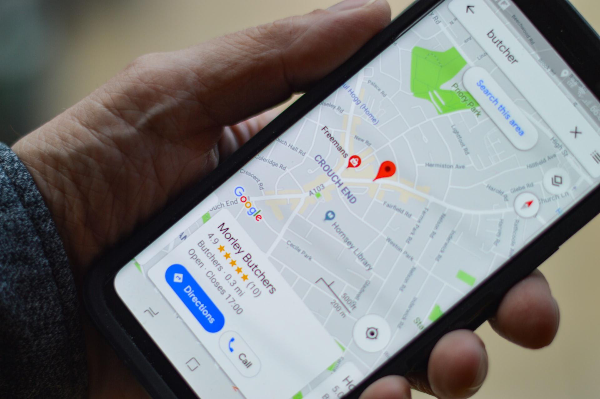 Un homme utilisant Google Maps