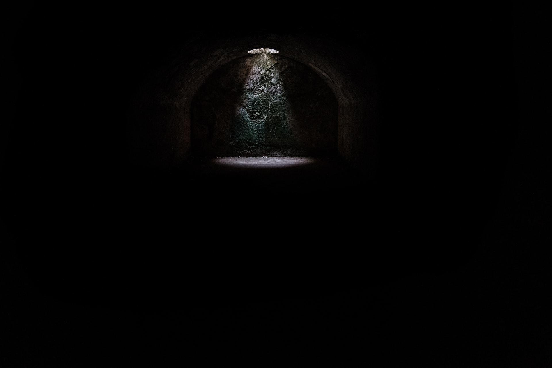 Une photo dépeignant une cellule plongée dans la nuit