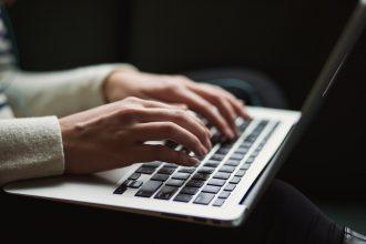 Une femme tapant sur un clavier