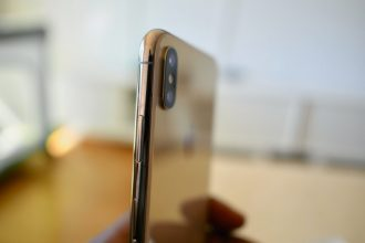 Un iPhone Xs vu de côté
