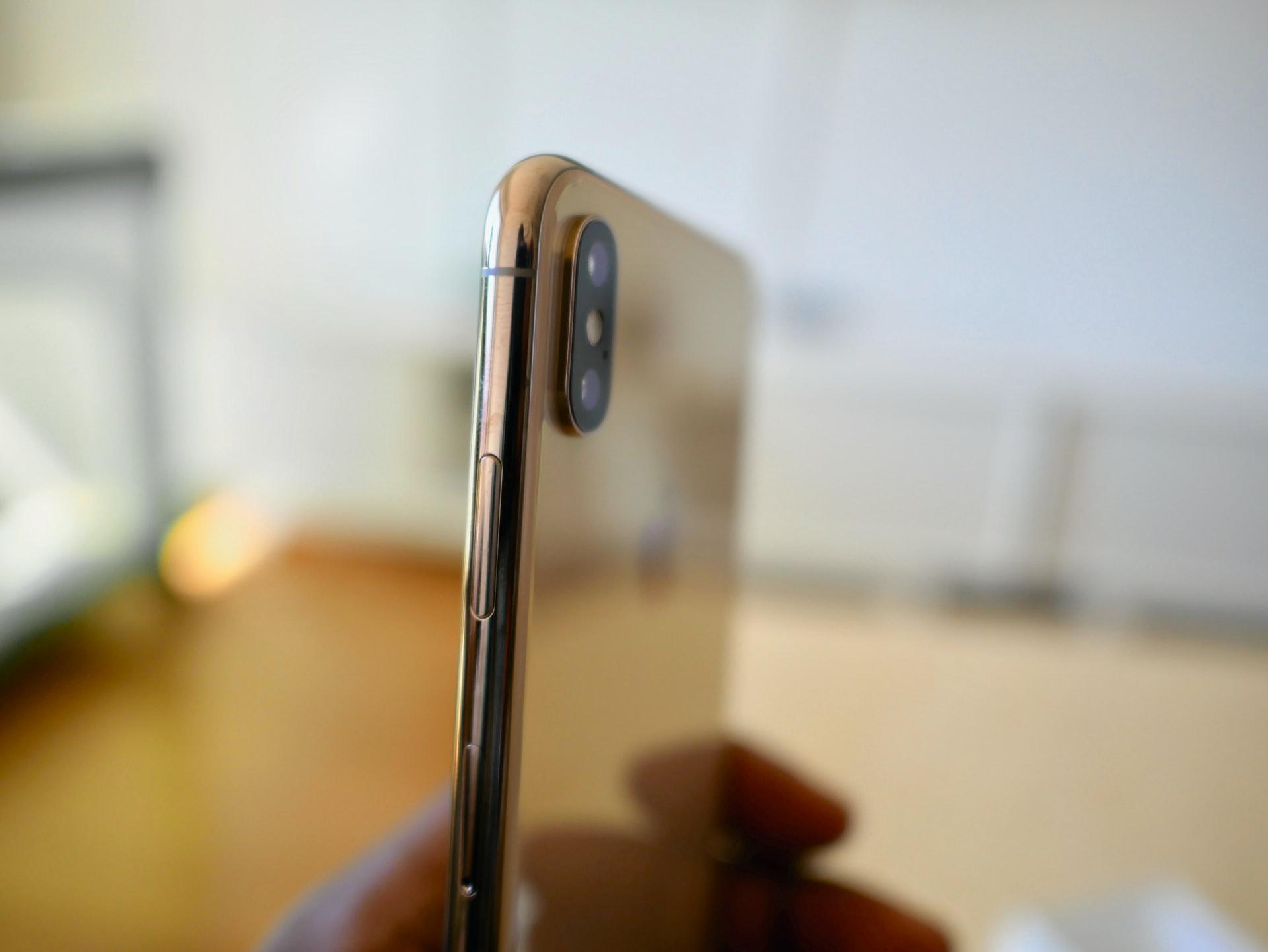Un iPhone Xs vu de côté