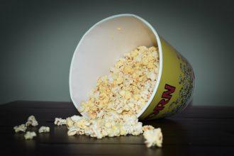 Un bol de popcorn à moitié renversé