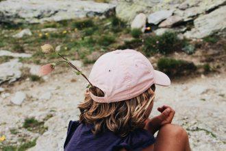 Un enfant photographié de dos