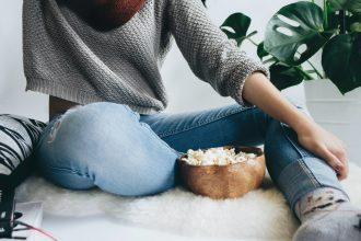 Un bol de popcorn devant une bonne série, quoi de mieux ?