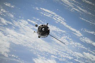 Un satellite flottant dans l'orbite terrestre