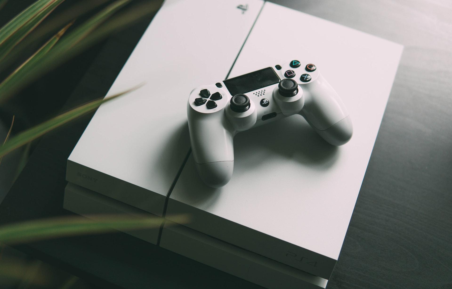 Une PlayStation 4 de couleur blanche
