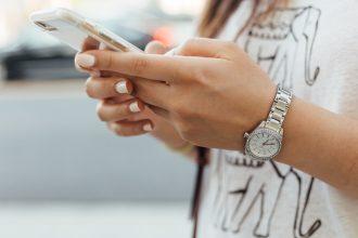 Un iPhone tenu dans les mains d'une femme